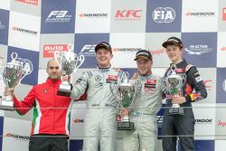Pódio corrida 1: Felix Rosenqvist, Prema Powerteam,  Nick Cassidy, Three Bond with T-Sport, e Callum Ilott, Carlin