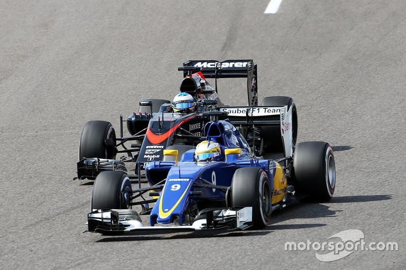Маркус Ерікссон, Sauber C34 та Фернандо Алонсо , McLaren MP4-30
