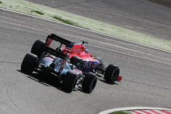 Уилл Стивенс, Manor F1 Team едет впереди Фернандо Алонсо, McLaren MP4-30