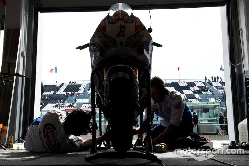 La moto de Sylvain Guintoli, Pata Honda, aux stands