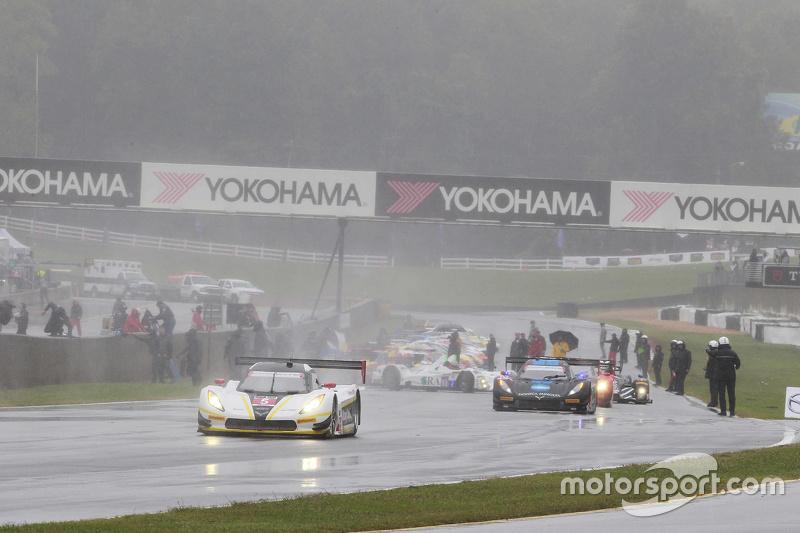 Cars roll дляir pace laps