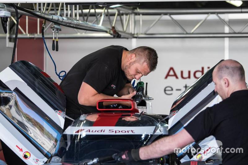 Audi-Mechaniker bei der Arbeit
