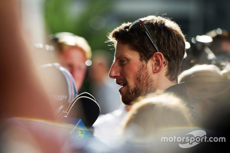 Romain Grosjean, Lotus F1 Team, avec les médias