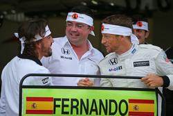 Fernando Alonso, McLaren celebra su GP 250 con Eric Boullier, Director de carreras de McLaren, Jenson Button, McLaren
