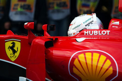 Sebastian Vettel, Ferrari SF15-T, dans le parc fermé