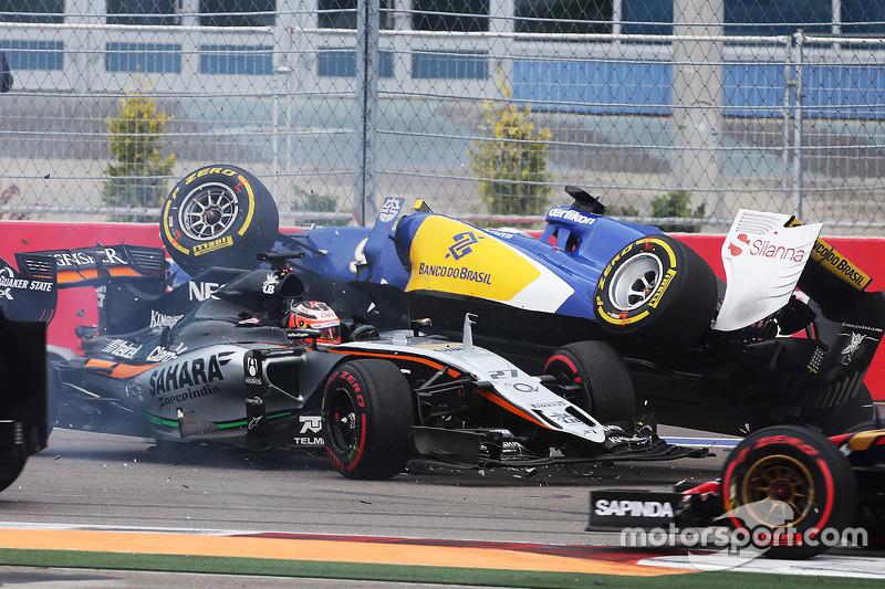 Выезд машины безопасности потребовался уже на первом круге – впервые на Гран При России она появилась на трассе во время гонки. Хюлькенберга развернуло во втором повороте прямо перед машинами соперников