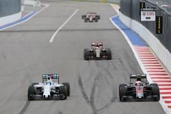 (L to R): Феліпе Масса, Williams FW37 та Дженсон Баттон, McLaren MP4-30 - боротьба за позиції