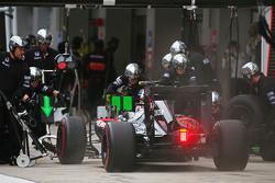 Jenson Button, McLaren MP4-30, fait un arrêt aux stands