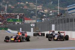 Daniel Ricciardo, Red Bull Racing RB11 en Carlos Sainz Jr., Scuderia Toro Rosso STR10 gevecht
