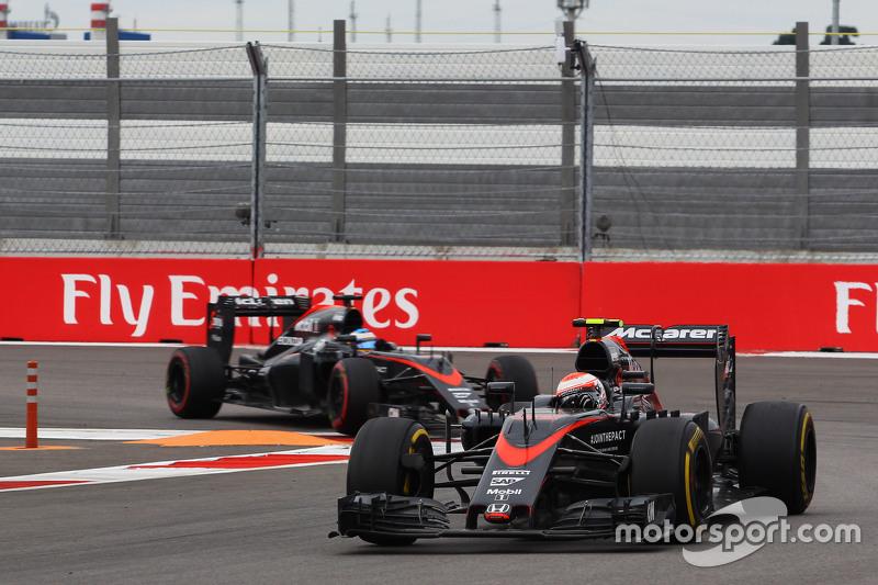 Jenson Button, McLaren MP4-30 y Fernando Alonso, McLaren MP4-30