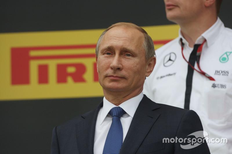 فلاديمير بوتين، الرئيس الروسي على منصة التتويج