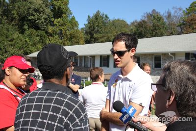 Joey Logano assists in Kolombiya, SC