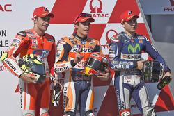 La primera fila: Marc Márquez, Repsol Honda Team, segundo, Andrea Iannone, Ducati Team, tercero, Jorge Lorenzo, Yamaha Factory Racing