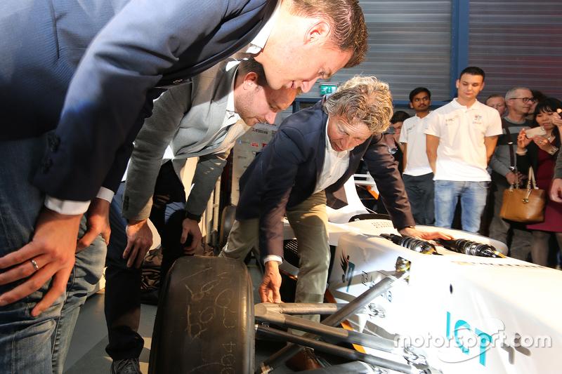 نيكي كاتسبرغ، خافيير ماسين وجان لامرز أمام السيارة الكهربائية