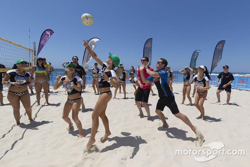 Beach Volleyball gegen die Miss V8 Supercars Girls