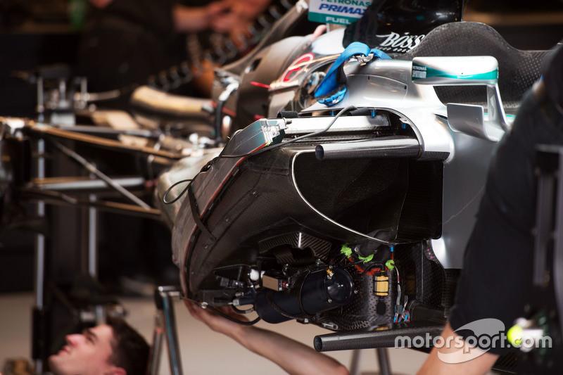 Mercedes AMG F1 W06 зібрано на піт-лейні