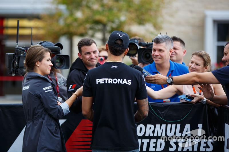 Льюис Хэмилтон, Mercedes AMG F1 и Уилл Бакстон, ведущий NBC Sports