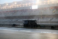 De Mercedes AMG F1 pitmuur in de regen