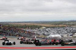 Fernando Alonso, McLaren MP4-30 gira en el inico de la carrera