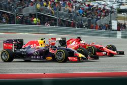 Daniil Kvyat, Red Bull Racing RB11 en Sebastian Vettel, Ferrari SF15-T gevecht voor positie