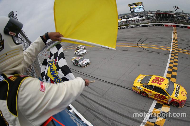#7: Joey Logano siegt unter Gelb