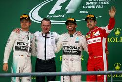 Подиум: Падди Лоу, исполнительный директор Mercedes AMG F1 празднует на подиуме с Нико Росбергом, Me