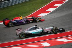 Lewis Hamilton, Mercedes AMG F1 W06, mit Ausrutscher; Daniil Kvyat, Red Bull Racing RB11, geht vorbei