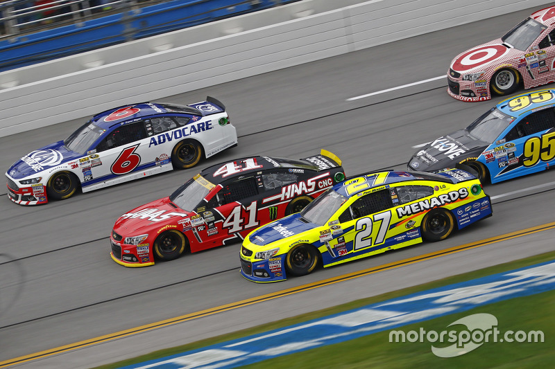Matt Kenseth, Joe Gibbs Racing Toyota ve Tony Stewart, Stewart-Haas Racing Chevrolet ve Ricky Stenho