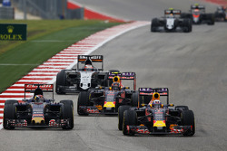 Max Verstappen, Scuderia Toro Rosso STR10 and Daniel Ricciardo, Red Bull Racing RB11 battle for position