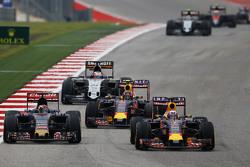 Max Verstappen, Scuderia Toro Rosso STR10 e Daniel Ricciardo, Red Bull Racing RB11 il lotta per la posizione