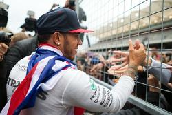 Le vainqueur et Champion du Monde Lewis Hamilton, Mercedes AMG F1 fête sa victoire avec les fans
