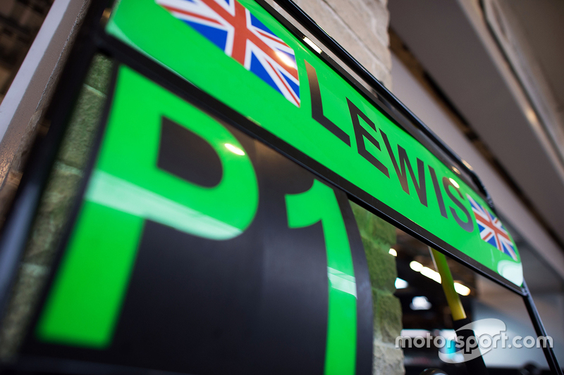 Le panneau des stands pour le vainqueur et Champion du Monde Lewis Hamilton, Mercedes AMG F1