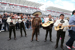 Een Mariachi band speelt bij de Sahara Force India F1 Team pits