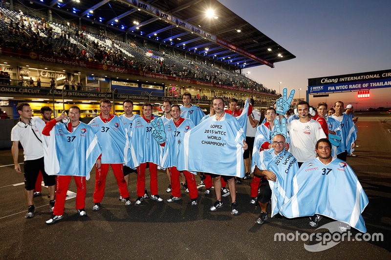 Citroën World Touring Car team святкує the 2015 championship