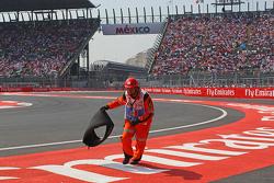 Marshal verwijdert karkas band Sebastian Vettel, Ferrari