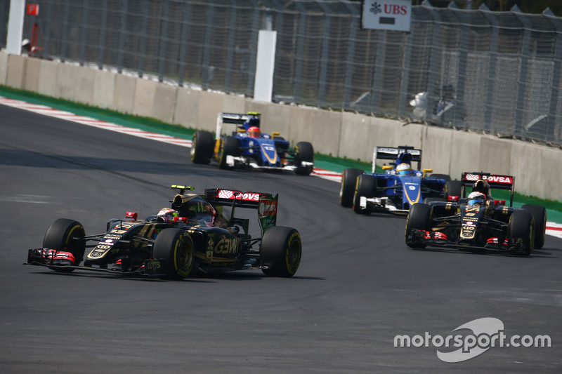 Pastor Maldonado, Lotus F1 E23 leads team mate Romain Grosjean, Lotus F1 E24
