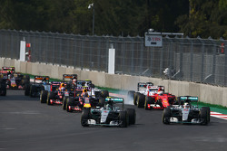 Нико Росберг, Mercedes AMG F1 W06 едет впереди Льюиса Хэмилтона, Mercedes AMG F1 W06 на старте гонки