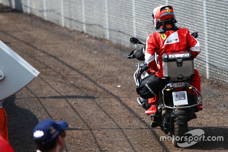 Kimi Raikkonen, Ferrari, volta para os boxes após abandonar o GP do México