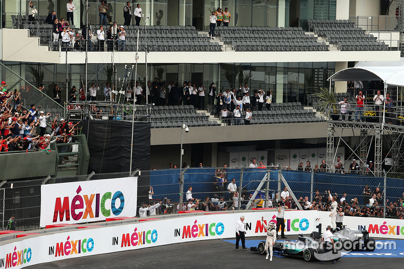Race winner Nico Rosberg, Mercedes AMG F1 W06 and second placed team mate Lewis Hamilton, Mercedes A