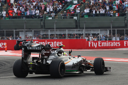 Серхио Перес, Sahara Force India F1 VJM08 машет фанатам в конце гонки