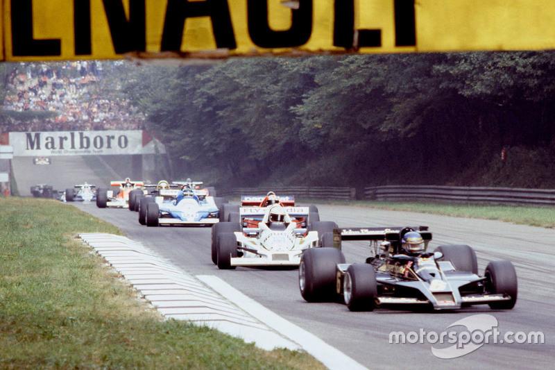 Ronnie Peterson, Lotus F1 Team devant Alan Jones, Williams lors du tour de formation