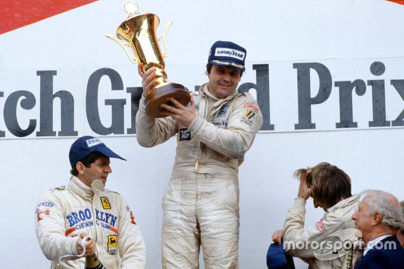 Podium : le vainqueur Alan Jones, Williams, le deuxième Jody Scheckter, Ferrari, et le troisième Jacques Laffite, Ligier