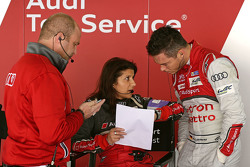 André Lotterer dengan Andreas Roos, Project Manager Racing LMP dan Leena Gade, race engineer Audi Sp