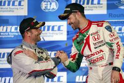 Tiago Monteiro e Sebastien Loeb festeggiano sul podio