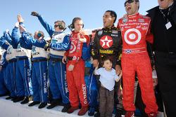 Juan Pablo Montoya, Dario Franchitti, Chip Ganassi and team members celebrate win