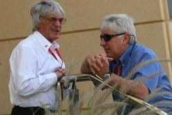 Bernie Ecclestone ve Herbie Blash, FIA Observer