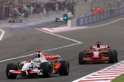 Адриан Сутиль, Force India F1 Team, и Кими Райкконен, Scuderia Ferrari