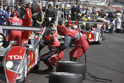 Pit stop for #1 Audi Sport Team Joest Audi R10 TDI: Allan McNish, Rinaldo Capello