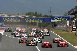 Start: Kimi Raikkonen, Scuderia Ferrari, F2008 leads, Felipe Massa, Scuderia Ferrari, F2008