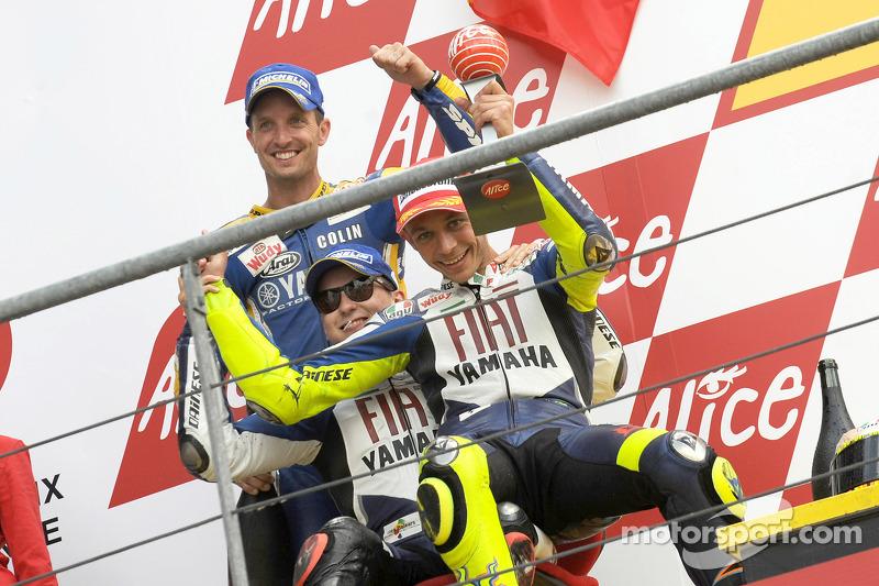 Podio: ganador de la carrera Valentino Rossi celebra con Jorge Lorenzo y Colin Edwards